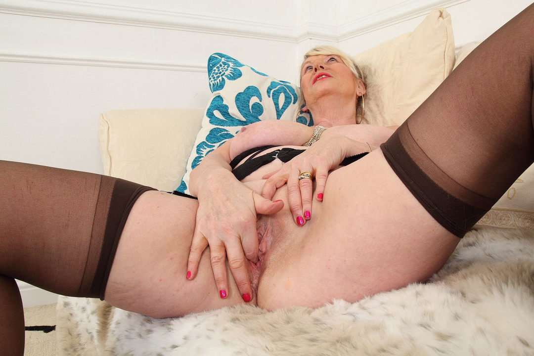 Free download & watch english granny elle forces her fingers into her old cunt          porn movies