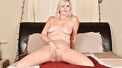 Canadian milf Velvet Skye loves a good finger fucking