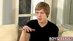 Interviewter junger Mann Corey Jakobs masturbiert und kommt