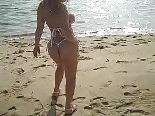 Blonde shows her ass off Muneca loves showing off her ass