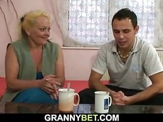 Spread ass woman - Flabby old woman spreads legs for young dick