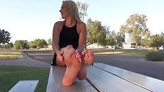 Amateurin zeigt Füße. andere Blondine. (2)