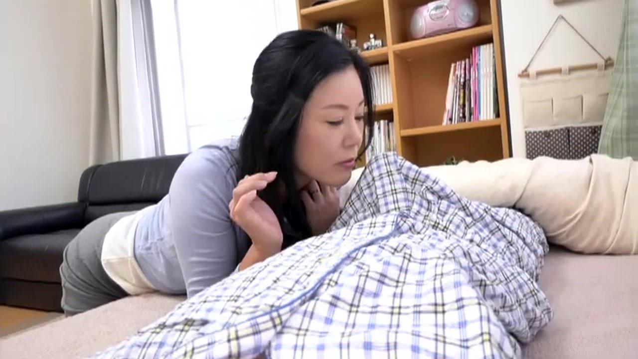 美巨乳の熟女義母の片瀬仁美が息子の朝勃ちに興奮して生ハメ中出し