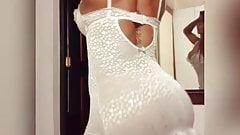Yazmin Cano con vestido blanco frente al espejo