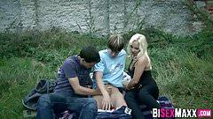 Красотка-блондинка наблюдает бисексуальный тройничок