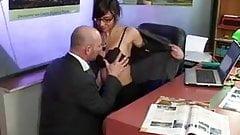 Lou se fait baiser sur le bureau