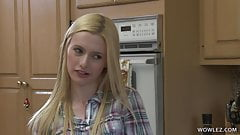 Une petite blonde expérimente la vie lesbienne avec une employée de papa