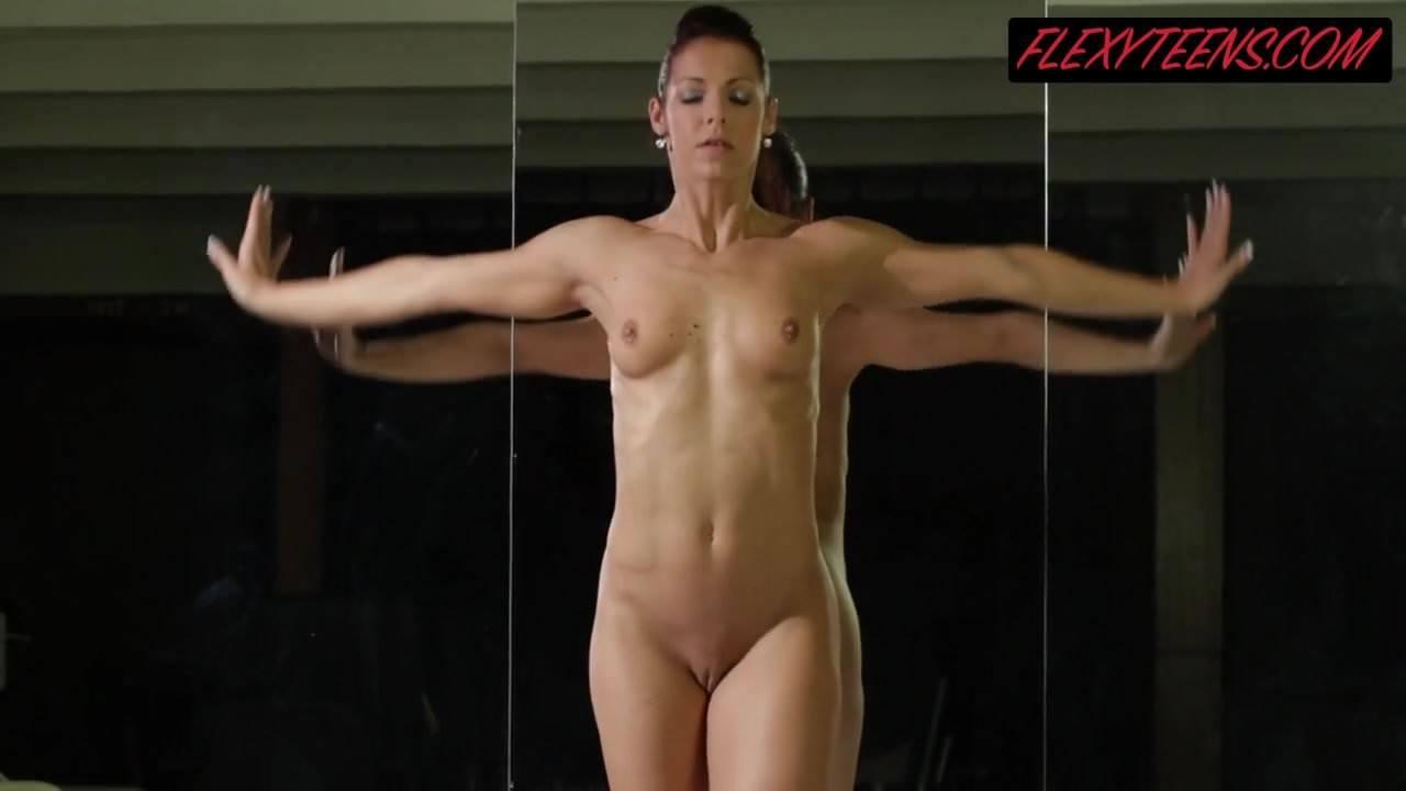 Die nackte Eva Rakova zeigt ihre ABS- und Akrobatenfähigkeiten