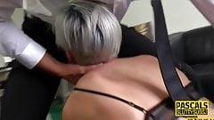 Une MILF fétiche à forte poitrine se fait prendre par la gorge et chevauche