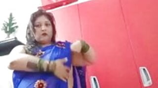 Auntee wearing a saree is in the mood for sex