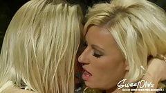 Milf Blondinen lecken und machen es sich mit dem Dildo