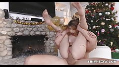 Новогодняя юная киска Kristen Scot