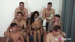 Сексуальную черную девушку с огромными сиськами трахнули в гэнгбэнге