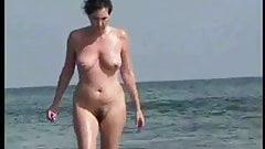 Mujer madura de pezones duros en la playa 4