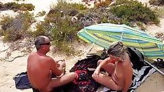 Fuerteventura seco amante en la playa frente a mi esposo