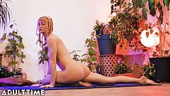 Desnudo yoga vida: impresionantes sirenas serenas chorros en estera de yoga