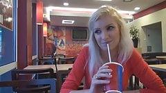 Ostblock-Nutte bei KFC anal besamt