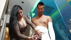 Мама помогает пострадавшему сыну пописать