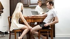 Schwester.Porn. Junge Frau mit kleinen Titten wird von Schritt penetriert