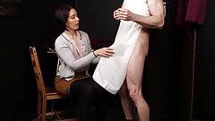 Donna vestita uomo nudo