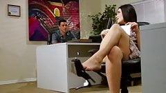 Kimberly Kane делает сексуальную офисную дрочку ногами и минет