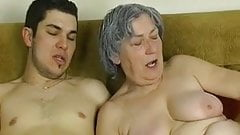 OmaPass молодой паренек трахает очень старую бабушку со своей подругой
