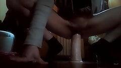 Freundin spielt mit 8 cm rundem Dildo