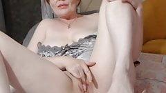 Сексуальная дама мастурбирует для нас