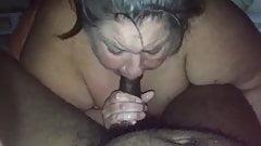 Жиробасина Mami хлюпает черный член
