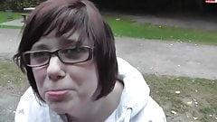 Junges Mauerbluemchen blaest Schwanz im Park