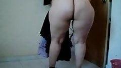 ARAB MATURE WOMAN SHOWS HER HUGE ASS