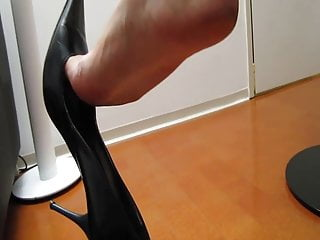 Heels sexy toe cleavage - Dangling and toe cleavage