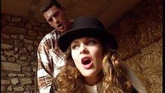 Jolie blonde sodomisee dans une grange par un palefrenier