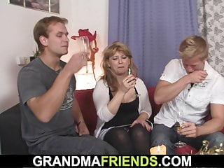 Adult flash sexy sames Sexy old lady loves sucking and riding at same time