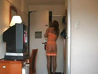 Robe lingerie Une femme mature ouvre la porte nue sous une robe filet