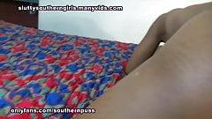 Seksowna hebanowa nastolatka bawi się swoją kremową cipką