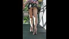 Bajo la falda rubia de piernas largas con novio
