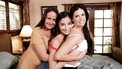 Emily Willis LOVES Squirting With Horny Stepmoms
