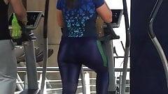 Duży tyłek ćwiczący w spandeksie