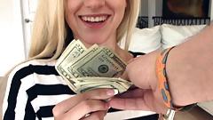 Gorąca drobna blondynka nastolatka zapłaciła gotówkę przez nieznajomego, aby go przeleciał POV