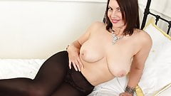 English milf Raven exposes her heavenly body