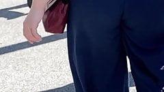 Seksowna, kręcona, biała brunetka z chwiejnymi policzkami