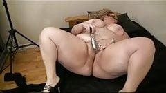 Толстая толстая бывшая подруга-толстушка мастурбирует свою мокрую киску