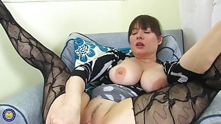 PERFECT young mom hungry for fuck