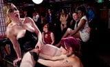 Diabole Lesben Fisting auf einer Hardcore-BDSM-Party