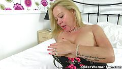 UK gilf Camilla lets a pocket vibrator hum away on her clit