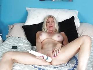 Lev pozi i sex - Milf bionda si masturba con i sex toys