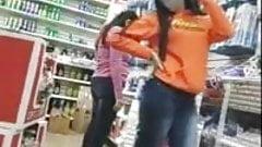 Une adolescente espagnole sexy s'exhibe devant la caméra