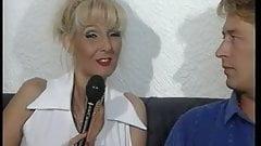 Sandra Foxxx maturbiert neben Reporter