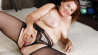 Pantyhosed mature Gypsy Leigh rubs one out
